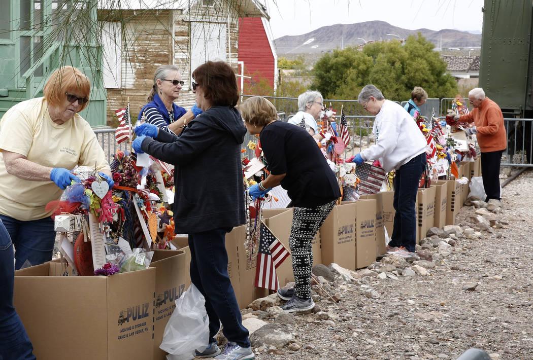 Voluntarios, entre ellos Andrea Frazier, izquierda, y Geraldine Ortiz, derecha, eliminan artefactos frágiles de las cruces en el Clark County Museum en Henderson el domingo 12 de noviembre de 201 ...