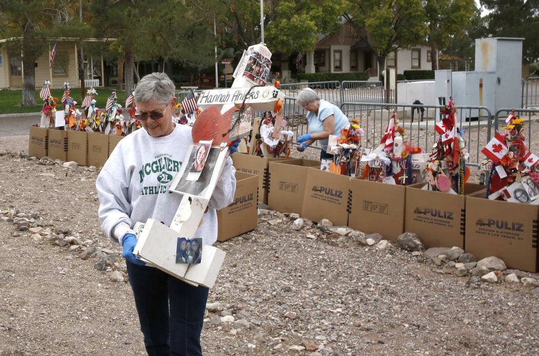 Jeanne Brady, una voluntaria, lleva una cruz después de retirar artefactos frágiles de las cruces en el Clark County Museum en Henderson el domingo 12 de noviembre de 2017. Cincuenta y ocho cruc ...
