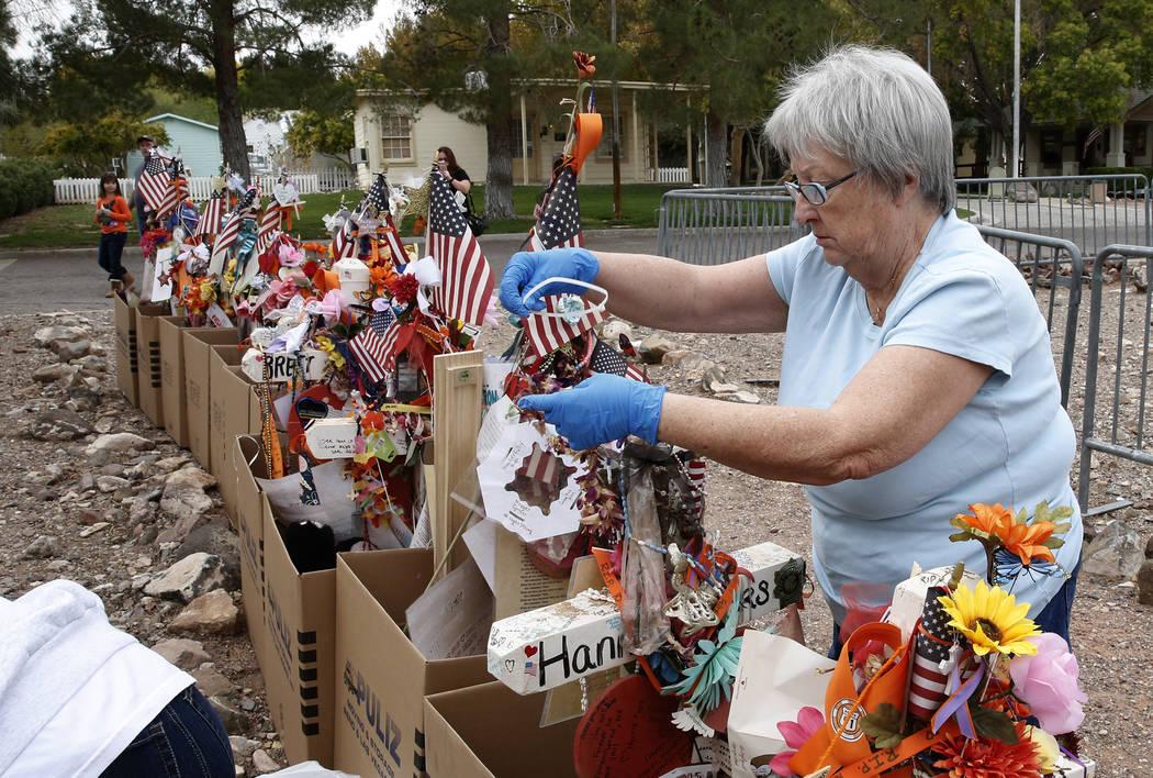 Janet Bremer, voluntaria, saca artefactos frágiles de las cruces en el Clark County Museum en Henderson el domingo 12 de noviembre de 2017. Cincuenta y ocho cruces y objetos que fueron erigidos e ...