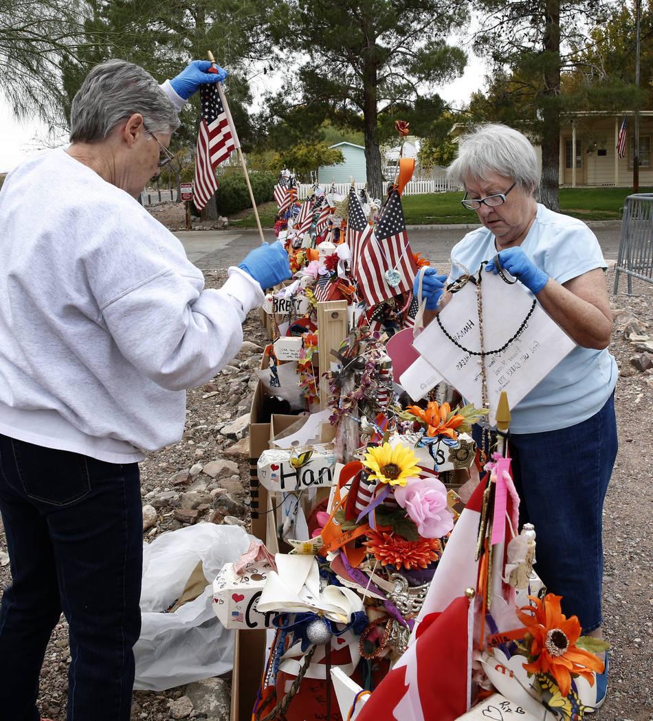 Jeanne Brady, izquierda, y Janet Bremer, voluntarias, retiran artefactos frágiles de las cruces en el Clark County Museum en Henderson el domingo 12 de noviembre de 2017. Cincuenta y ocho cruces  ...
