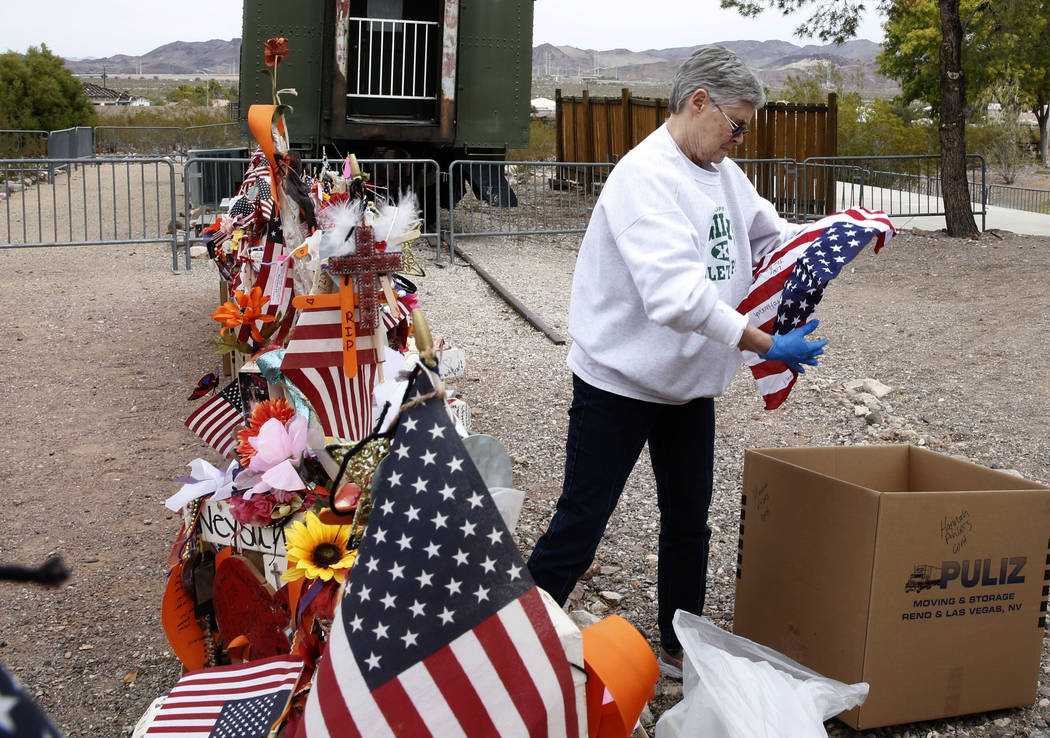 Jeanne Brady, voluntaria, dobla una bandera estadounidense que fue retirada de las cruces en el Clark County Museum en Henderson el domingo 12 de noviembre de 2017. Cincuenta y ocho cruces y objet ...