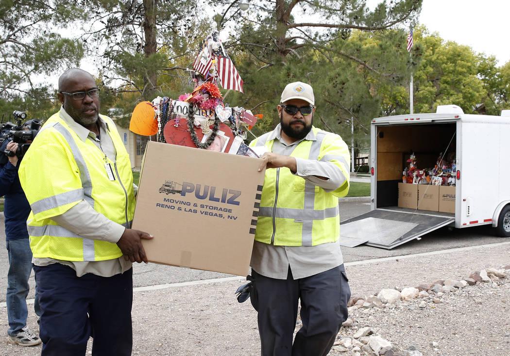 Los empleados del condado de Clark empacan cruces y artículos del monumento conmemorativo del festival Route 91 Harvest y los cargan en camiones, que llevarán los artículos al Clark County Muse ...