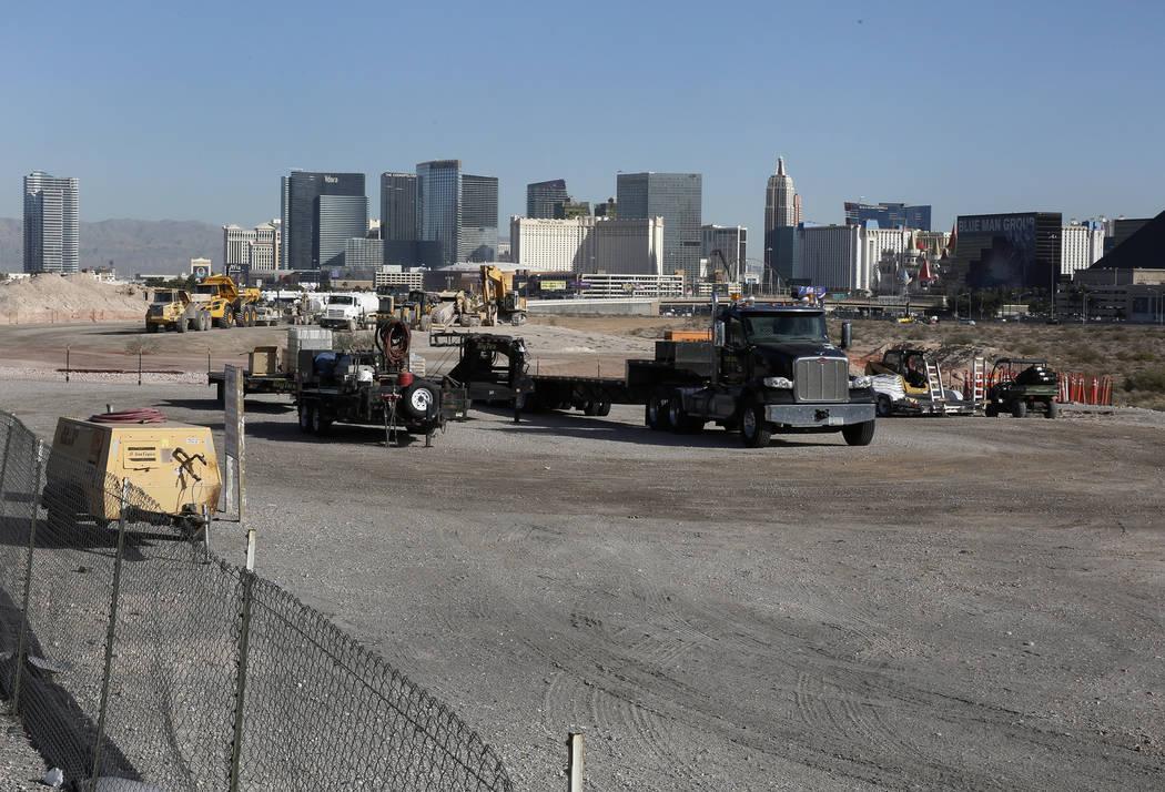Camiones pesados de construcción dentro del sitio del estadio Raiders, cerca de Hacienda Avenue y Dean Martin Drive el martes 7 de noviembre de 2017 en Las Vegas. Bizuayehu Tesfaye / Las Vegas Re ...