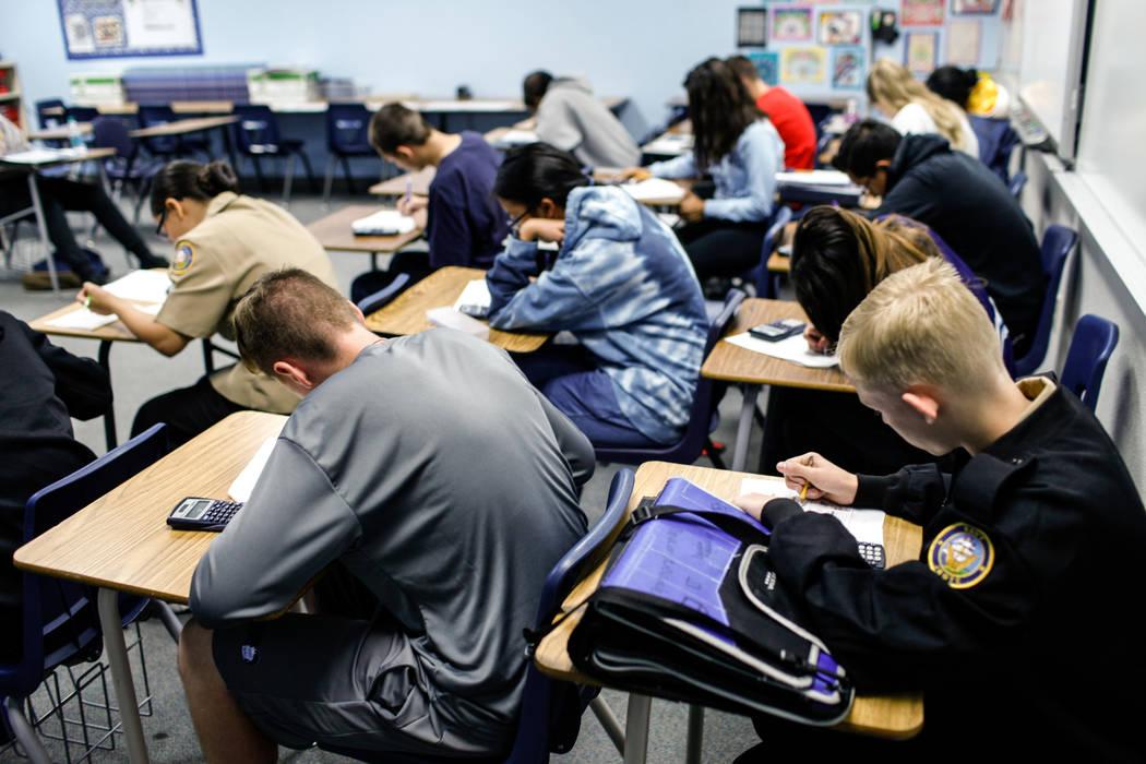 Los estudiantes trabajan en una asignación de matemática en Centennial High School en Las Vegas, jueves, 9 de noviembre de 2017. Joel Angel Juarez Las Vegas Review-Journal @jajuarezphoto