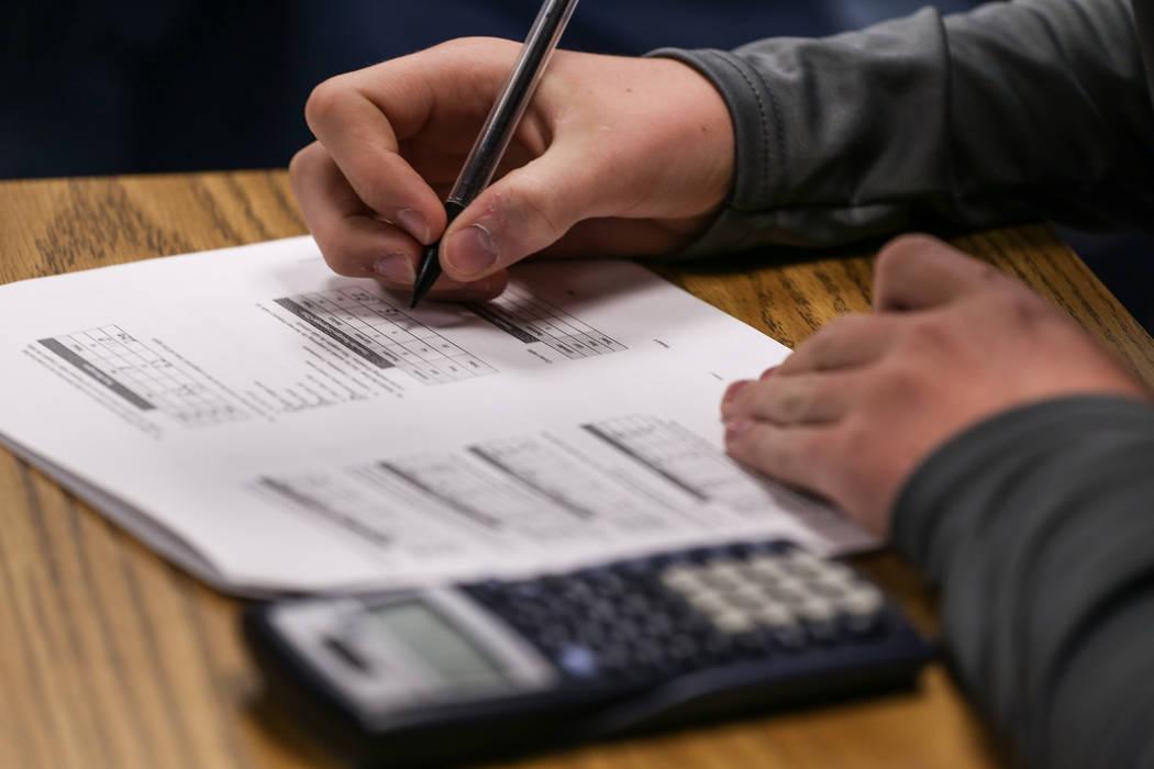 Un estudiante trabaja en una asignación de matemática en Centennial High School en Las Vegas, jueves, 9 de noviembre de 2017. Joel Angel Juarez Las Vegas Review-Journal @jajuarezphoto