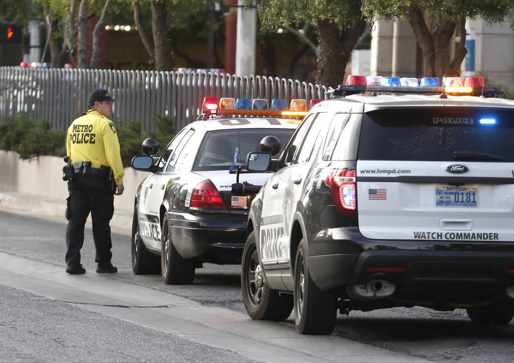 La policía de Las Vegas investiga un tiroteo cerca del Monte Carlo en Strip de Las Vegas , el martes 14 de noviembre de 2017. Bizuayehu Tesfaye / Las Vegas Review-Journal @bizutesfaye