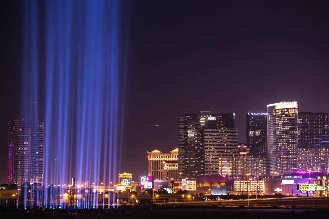 Cincuenta y ocho luces en honor a las víctimas del tiroteo del 1° de octubre se encienden en el sitio de construcción del estadio Raiders después de la ceremonia de inauguración en Las Vegas, ...
