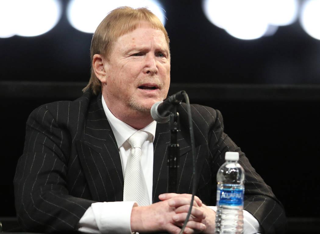 El propietario de los Oakland Raiders, Mark Davis, responde las preguntas de los periodistas durante una conferencia de prensa en la ceremonia de inauguración del equipo en Las Vegas, el lunes 13 ...