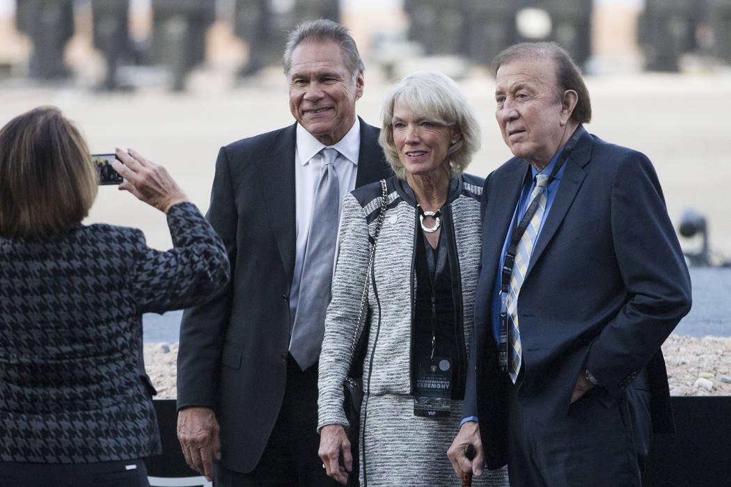 Los ex jugadores de los Raiders Jim Plunkett, desde la izquierda, con su esposa Gerry y Fred Biletnikoff, durante el evento de la puesta en marcha del estadio de los Raiders en Las Vegas, el lunes ...