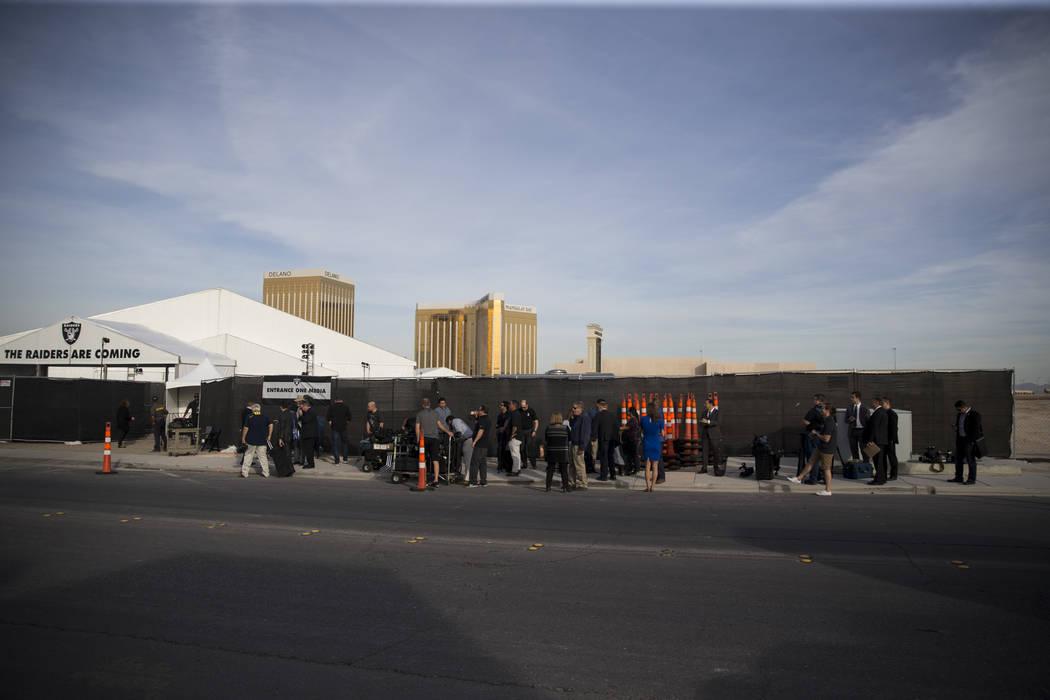Los miembros de los medios de comunicación se alinean para el evento de inauguración de los Raiders en Las Vegas, el lunes 13 de noviembre de 2017. Erik Verduzco Las Vegas Review-Journal @Erik_V ...