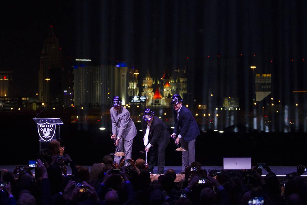 El gobernador Brian Sandoval, desde la izquierda, el dueño de los Raiders, Mark Davis, y el comisionado de la NFL Roger Goodell durante la ceremonia de inauguración del estadio Raiders en Las Ve ...