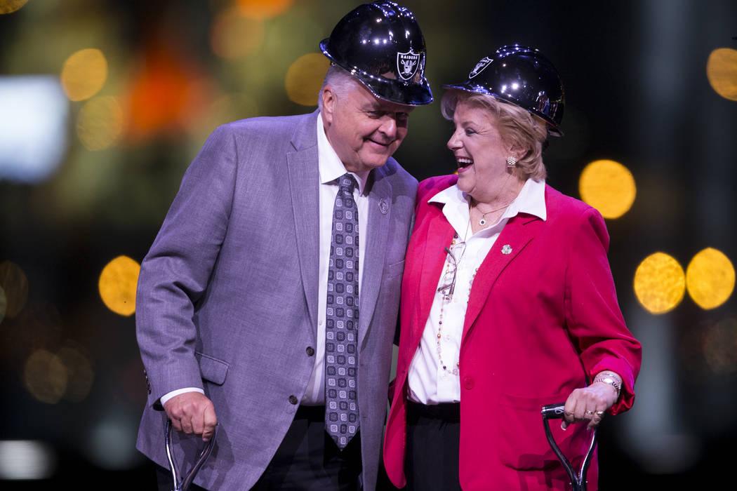 El Comisionado del Condado de Clark Steve Sisolak, izquierda, y la Alcaldesa de Las Vegas Carolyn Goodman, durante la ceremonia de inauguración del estadio Raiders en Las Vegas, el lunes 13 de no ...