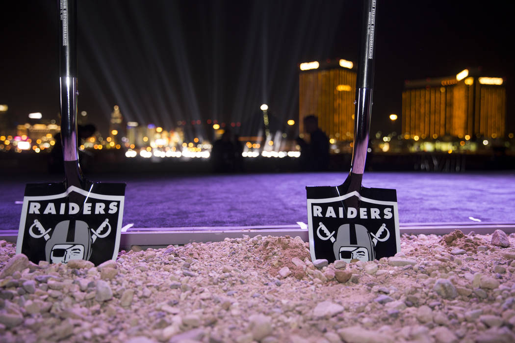 Palas ceremoniales en el sitio del futuro estadio Raiders durante la ceremonia de inauguración en Las Vegas, el lunes 13 de noviembre de 2017. Erik Verduzco Las Vegas Review-Journal @Erik_Verduzco