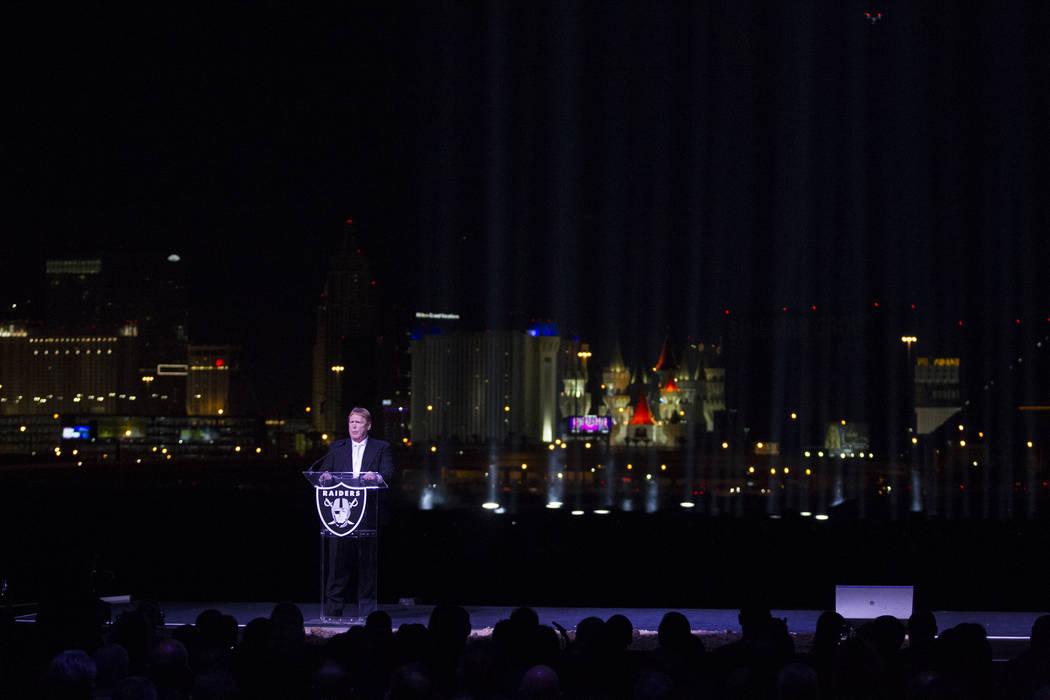 El dueño de los Raiders, Mark Davis, durante la ceremonia de inauguración del estadio Raiders en Las Vegas, el lunes 13 de noviembre de 2017. Erik Verduzco Las Vegas Review-Journal @Erik_Verduzco