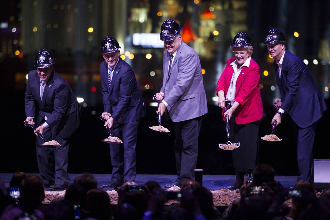 El vicepresidente ejecutivo de los Raiders Dan Ventrelle, desde la izquierda, Marc Badain, el comisionado Steve Sisolak, la alcaldesa de Las Vegas Carolyn Goodman y el presidente de la Autoridad d ...