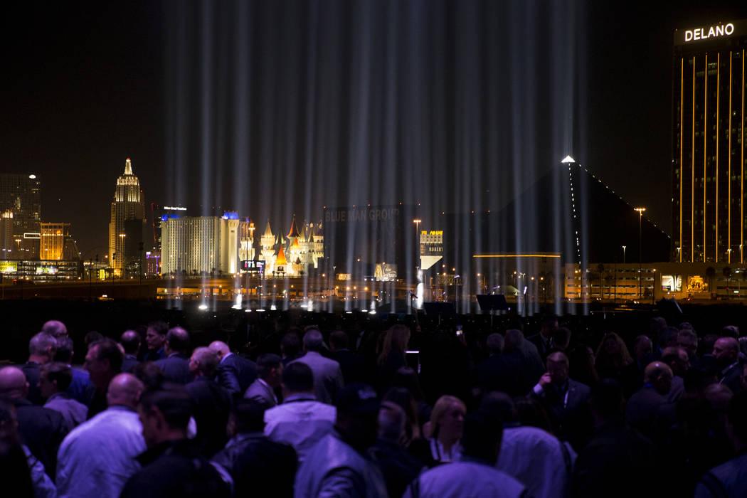Una luz para cada persona que murió en el tiroteo masivo ilumina el cielo durante la ceremonia de inauguración del estadio Raiders en Las Vegas, el lunes 13 de noviembre de 2017. Erik Verduzco L ...