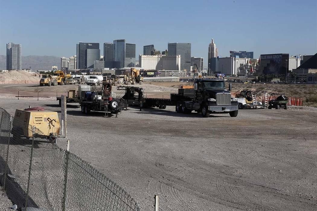 Camiones de construcción pesada dentro del sitio del estadio Raiders, cerca de Hacienda Avenue y Dean Martin Drive, el martes 7 de noviembre de 2017 en Las Vegas. (Bizuayehu Tesfaye / Las Vegas R ...