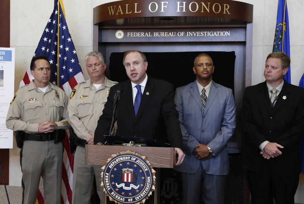 """Aaron C. Rouse, agente especial del FBI en Nevada, habla durante una conferencia de prensa anunciando la incorporación de Jesús Roberto Munguia a la lista de los """"Diez Fugitivos Más Buscados"""" d ..."""