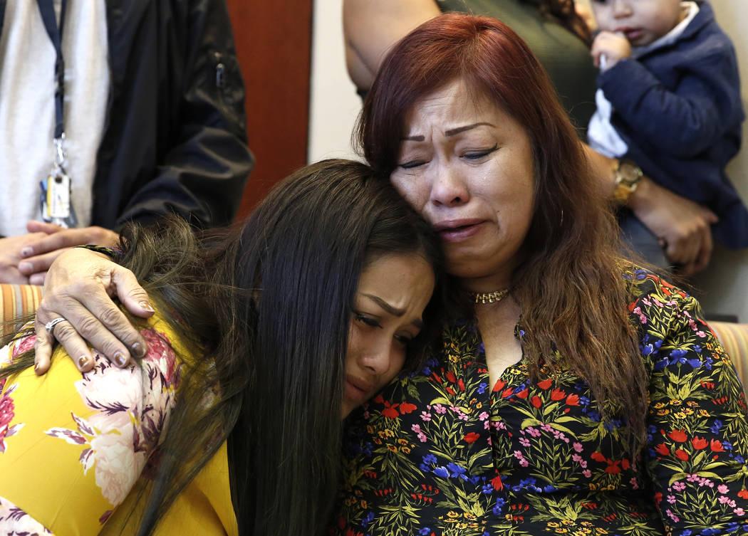 Noema González, madre de la víctima de asesinato Sherryl Sacueza, derecha, abraza a su nieta Dysabel Munguia, 21, en una conferencia de prensa después de que el FBI anunciara la incorporación  ...
