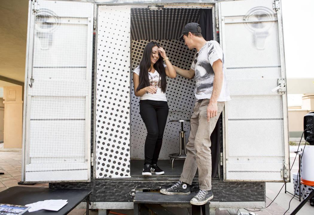 Brenda Romero, de 23 años, originaria de México que ahora reside en Las Vegas, a la izquierda, y Alexander Pierre con Inside Out Project, terminan de tomar el retrato de gran escala de Romero pa ...