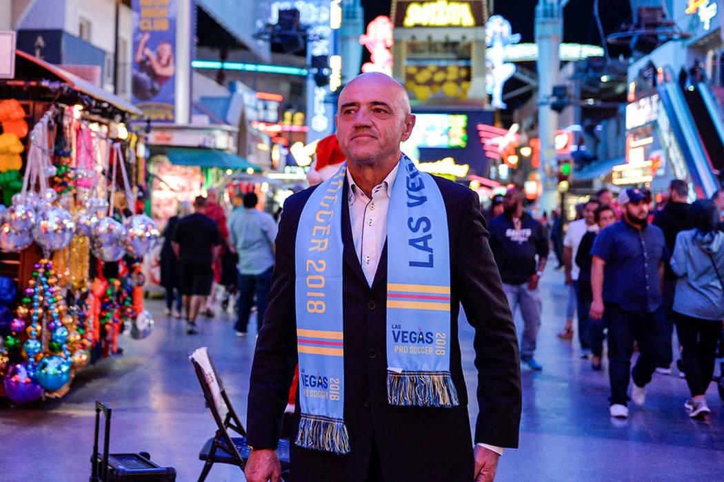 D.T de Las Vegas Lights FC, José Luis Sánchez Solá en Fremont Street. | Foto Cortesía Idris Erba / Las Vegas Lights FC.