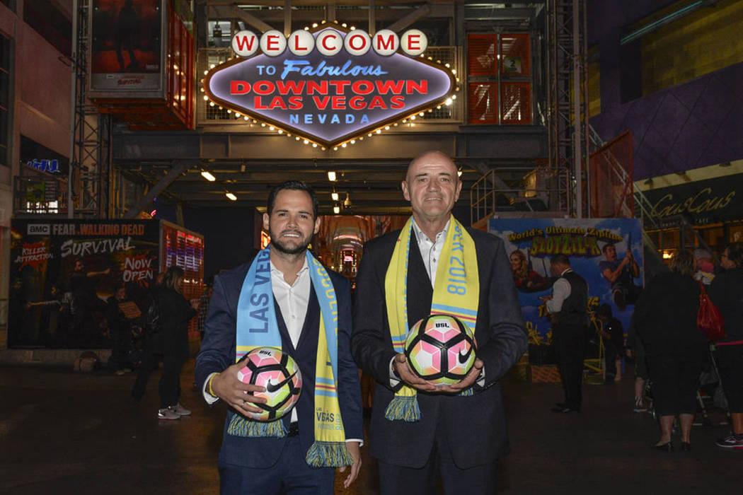D.T de Las Vegas Lights FC, José Luis Sánchez Solá (derecha) y Isidro Sánchez (Izquierda) en Fremont Street. | Foto Cortesía Idris Erba / Las Vegas Lights FC.