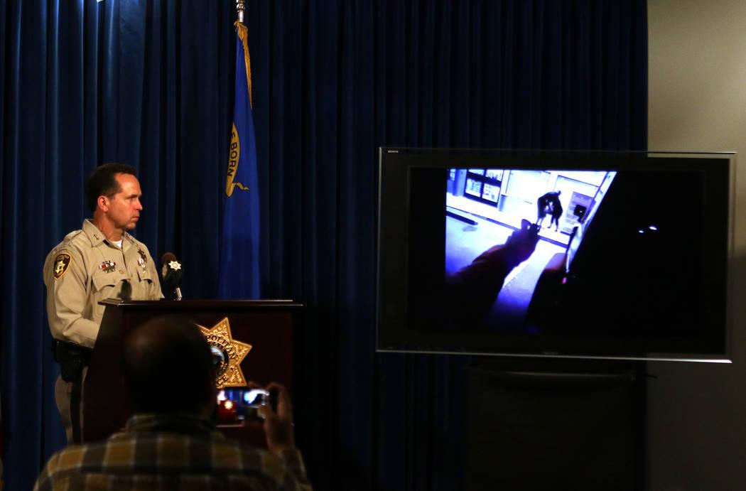 El asistente del alguacil Tom Roberts del Departamento de Policía Metropolitana de Las Vegas observa imágenes de una cámara corporal de un tiroteo en el que participó el oficial David Nesheiwa ...