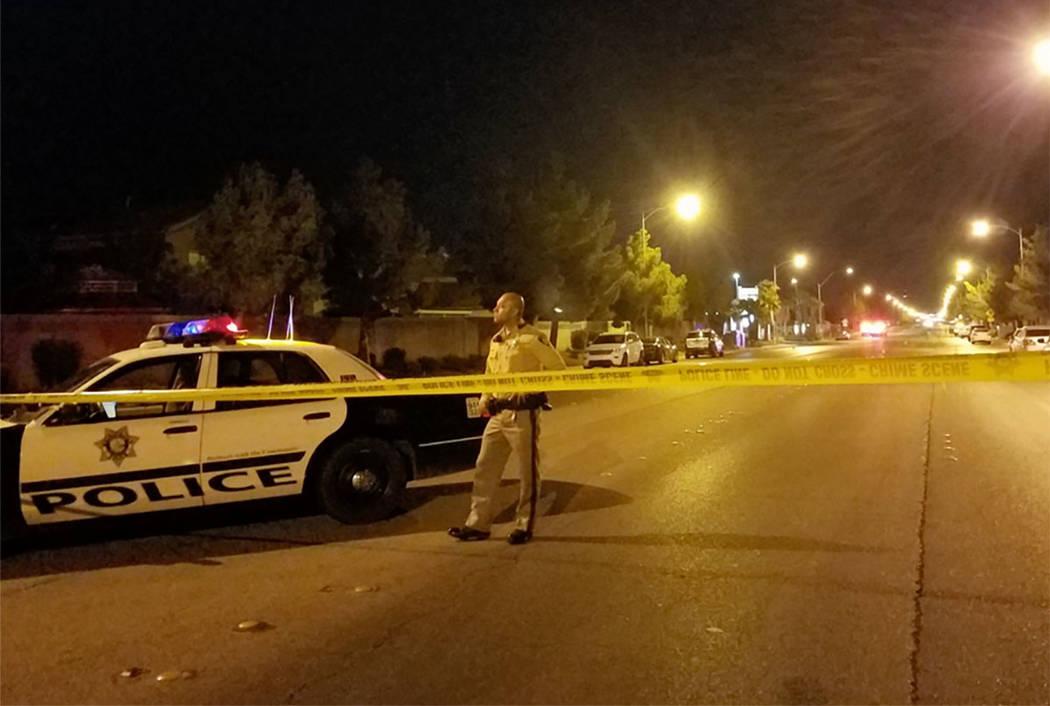 La escena de un tiroteo involucrando un oficial cerca de 780 E. Pyle Ave. en Las Vegas el sábado, 11 de noviembre de 2017. (Mike Shoro / Las Vegas Review-Journal)