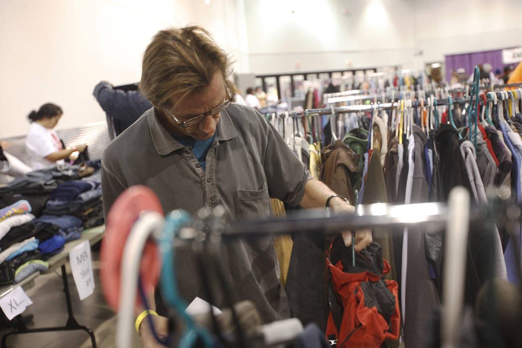 Lawrence Green busca una chaqueta en Project Homeless Connect, una feria de servicios y recursos para personas sin hogar o en riesgo en el Cashman Center de Las Vegas, martes, 14 de noviembre de 2 ...