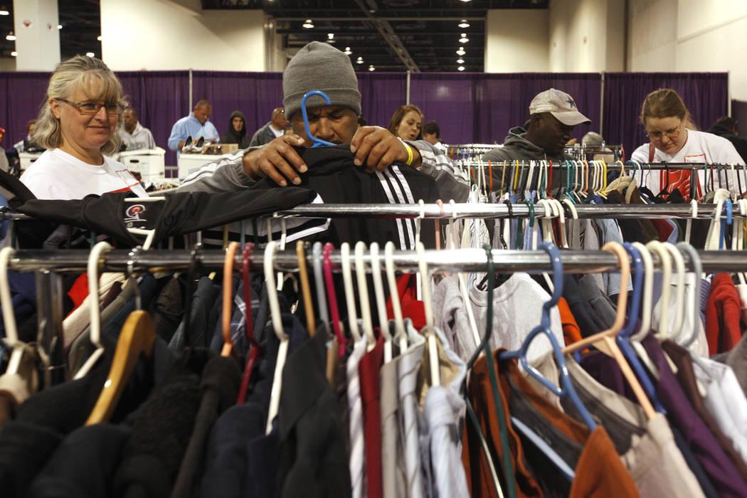 La gente busca ropa en Project Homeless Connect, una feria de servicios y recursos para personas sin hogar o en riesgo en el Cashman Center de Las Vegas, el martes 14 de noviembre de 2017. Rachel  ...