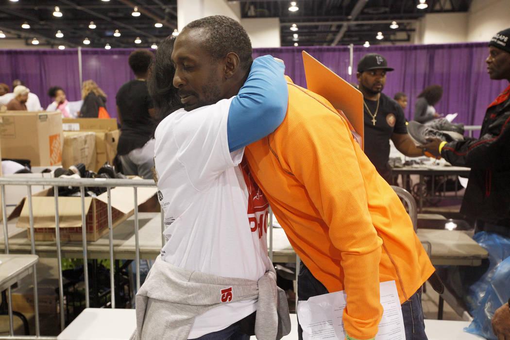 La voluntaria Norma Slavish abraza a Antoine Phillips en Project Homeless Connect, una feria de servicios y recursos para personas sin hogar o en riesgo en el Cashman Center de Las Vegas, el marte ...