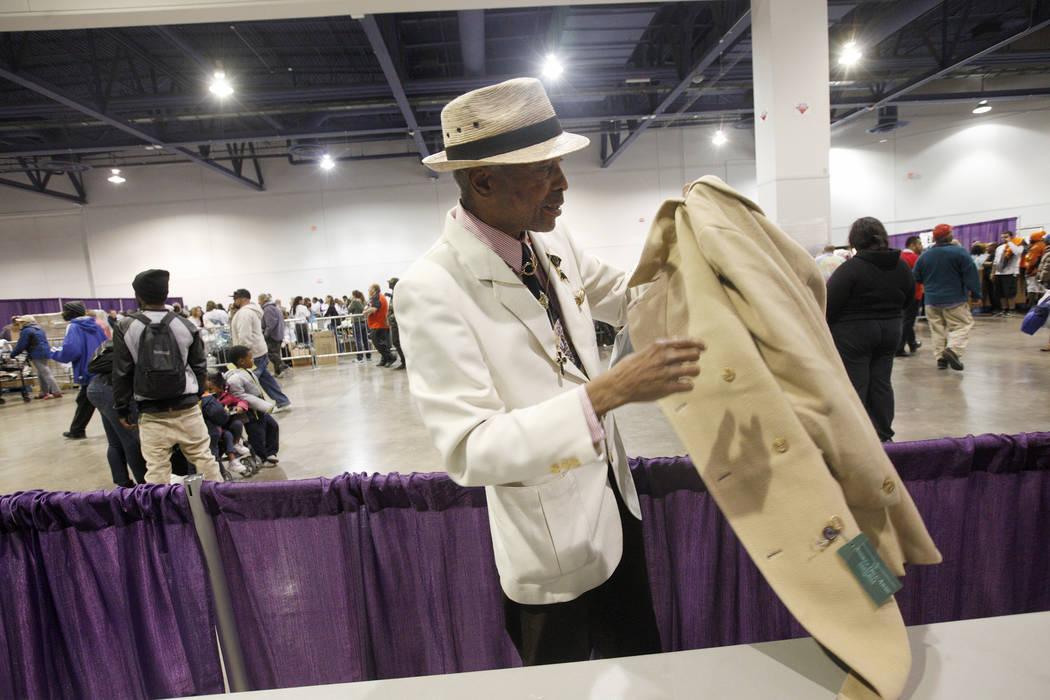 Kevin Washington sostiene su nuevo abrigo en Project Homeless Connect, una feria de servicios y recursos para personas sin hogar o en riesgo en el Cashman Center de Las Vegas, el martes 14 de novi ...