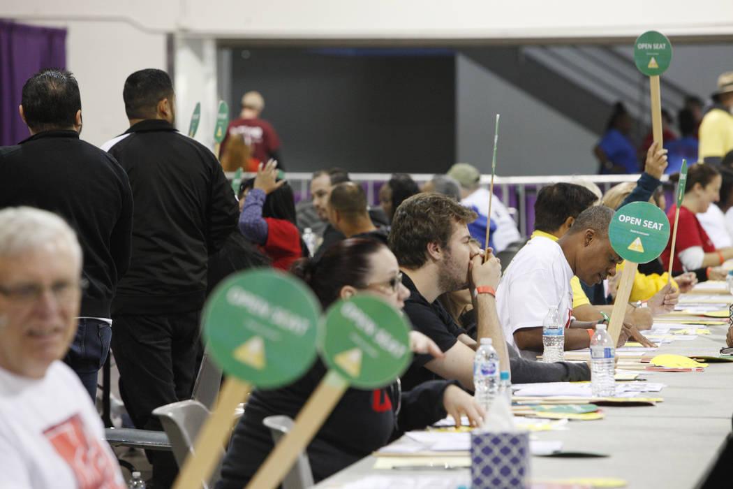 Los voluntarios esperan a los asistentes en Project Homeless Connect, una feria de servicios y recursos para personas sin hogar o en riesgo en el Cashman Center de Las Vegas, el martes 14 de novie ...