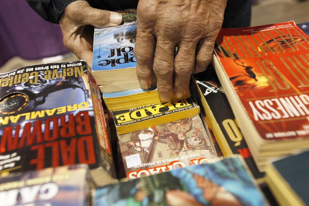 Tom Callaway revisa los libros de Project Homeless Connect, una feria de servicios y recursos para personas sin hogar o en riesgo en el Cashman Center de Las Vegas, el martes 14 de noviembre de 20 ...