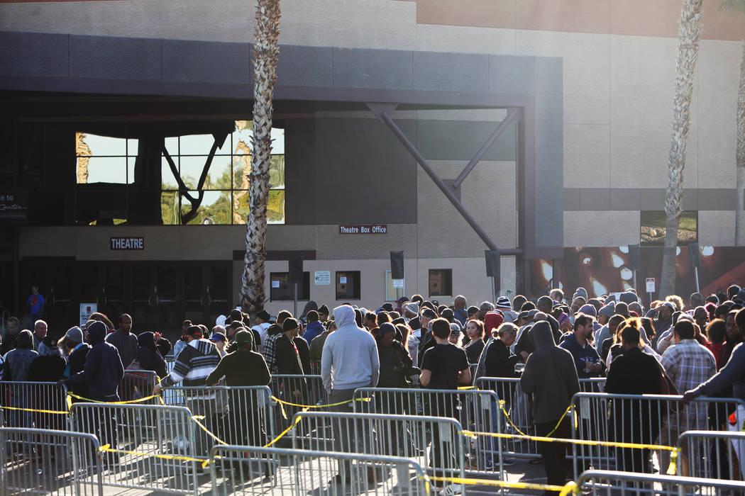 La gente hace cola para Project Homeless Connect, una feria de servicios y recursos para personas sin hogar o en riesgo en el Cashman Center de Las Vegas, el martes 14 de noviembre de 2017. Rachel ...