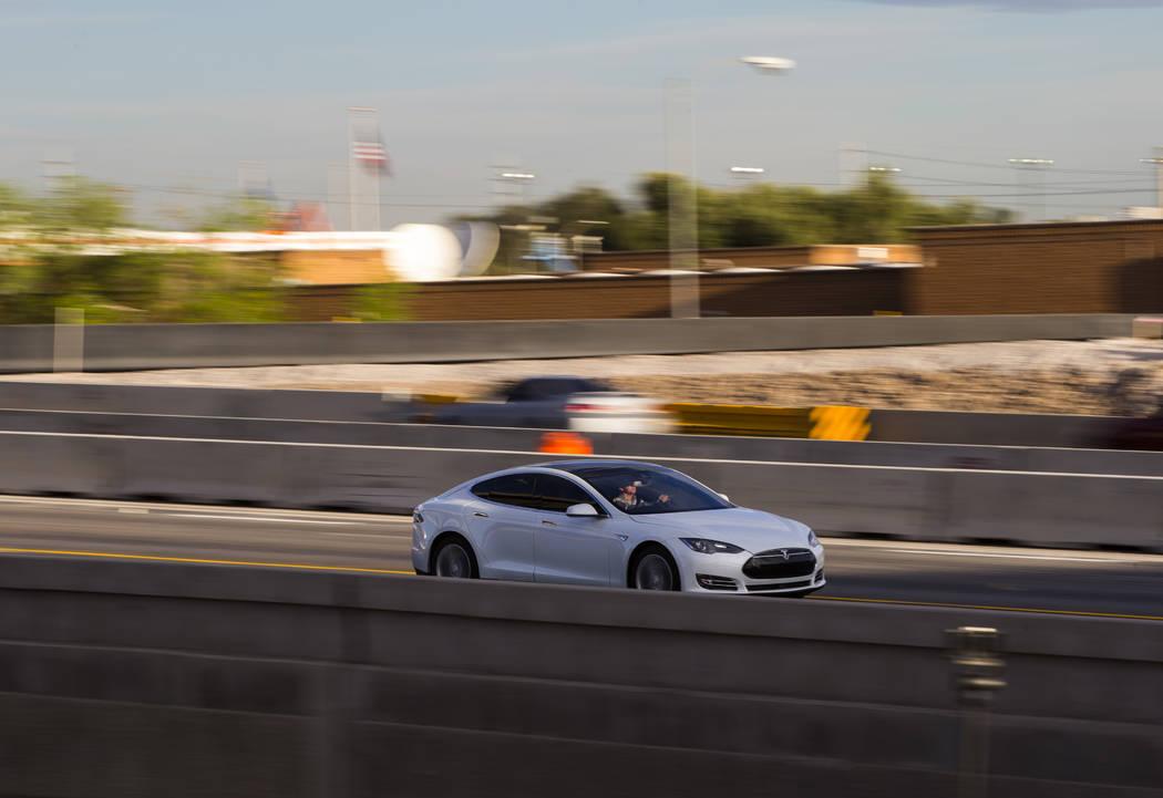 """El tráfico avanza a lo largo de la carretera US 95 durante la primera mañana del """"Big Squeeze"""" en el Spaghetti Bowl en Las Vegas el martes 21 de marzo de 2017. (Chase Stevens / Las Vegas Review- ..."""