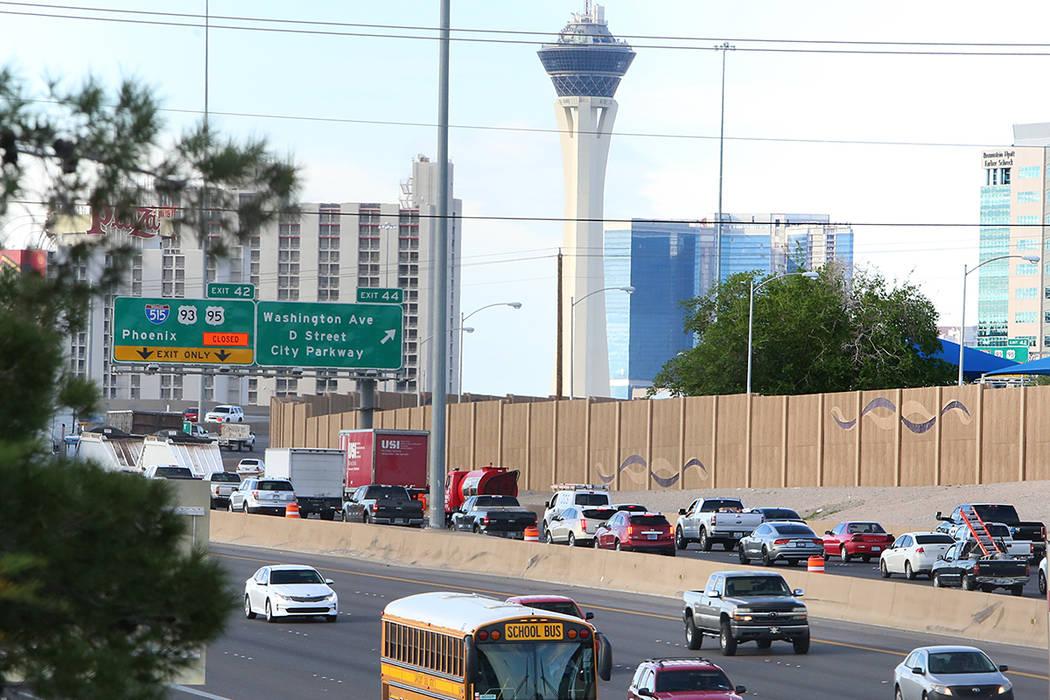 """Tráfico intenso durante la primera mañana del """"Big Squeeze"""" a lo largo de la carretera US 95 en el Spaghetti Bowl en Las Vegas el martes 21 de marzo de 2017. (Bizuayehu Tesfaye / Las Vegas Revie ..."""
