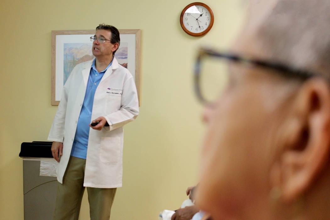 El doctor Bornstein compartió que 1 de cada 3 adulto mayor de 65 años sufre de una caída. 10 de noviembre en Lifestyle Center. | Foto Cristian De la Rosa / El Tiempo.
