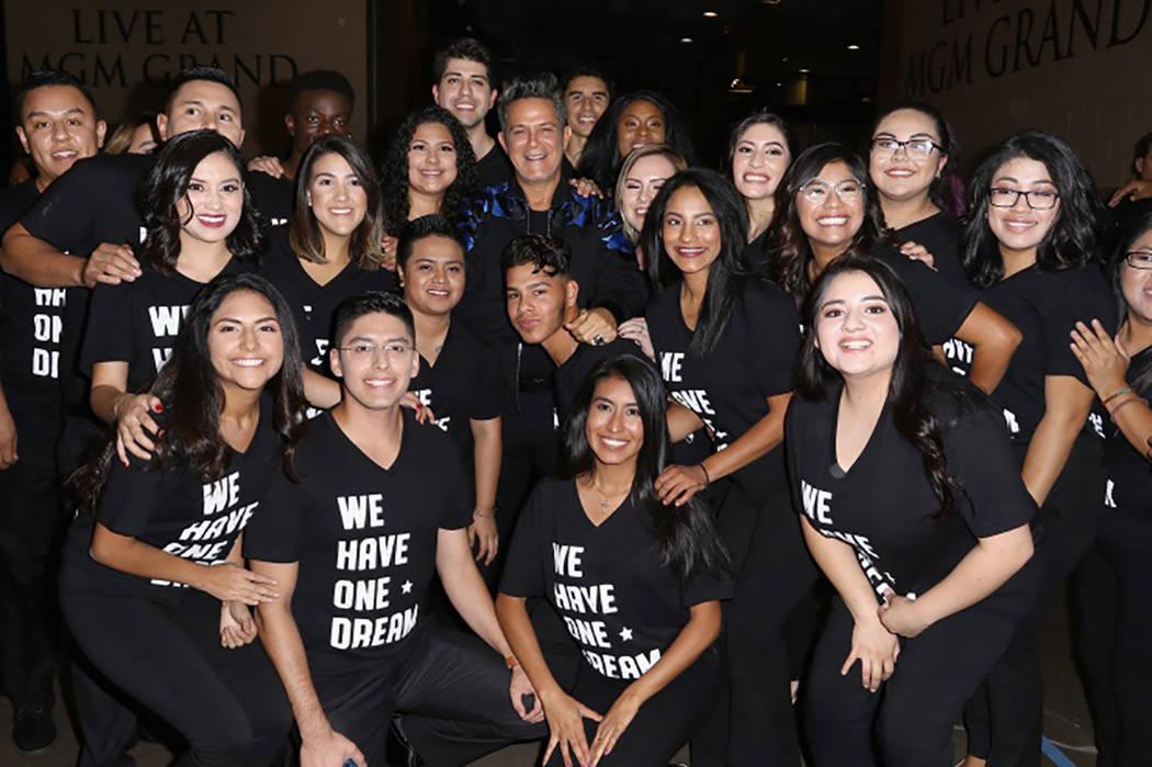 ALEJANDRO SANZ Y LOS 'DREAMERS' / Foto Cortesía Latin Grammy