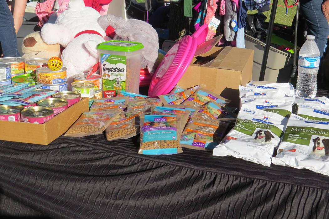 Personas de escasos recursos pudieron adquirir alimentos para sus mascotas. Martes 14 de noviembre en Centro Cashman. Foto El Tiempo.