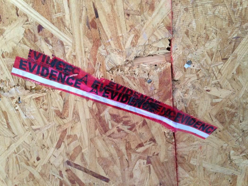 """La cinta roja marcada como """"Evidencia"""" se fija en el garaje tapado con madera contrachapada de la casa del pistolero de Las Vegas Strip, Stephen Paddock, en Mesquite, como se vio el lunes 13 de no ..."""