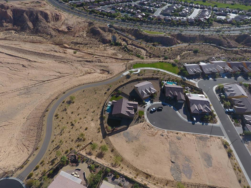 La residencia de Stephen Paddock en el condado de Clark, segunda desde la izquierda, se encuentra en un callejón sin salida parcialmente desarrollado en Sun City Mesquite el viernes 6 de octubre  ...