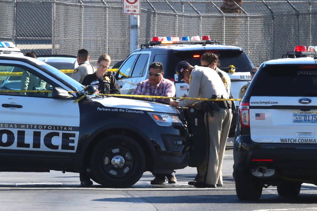 La policía de Las Vegas investiga un apuñalamiento y un tiroteo con dos víctimas en Tropicana Avenue y Missouri Avenue, cerca de Boulder Highway el jueves 9 de noviembre de 2017 en Las Vegas. B ...