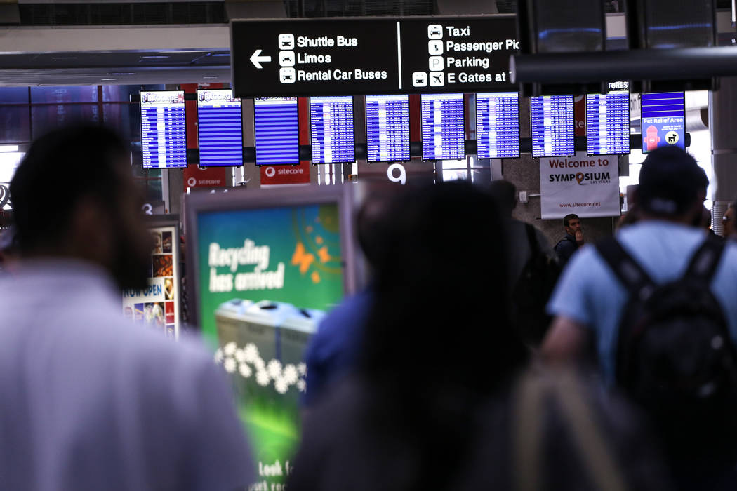 La gente camina a través de la terminal 1 del aeropuerto internacional McCarran en Las Vegas, viernes, 13 de octubre de 2017. (Joel Angel Juarez / Las Vegas Review-Journal) @jajuarezphoto