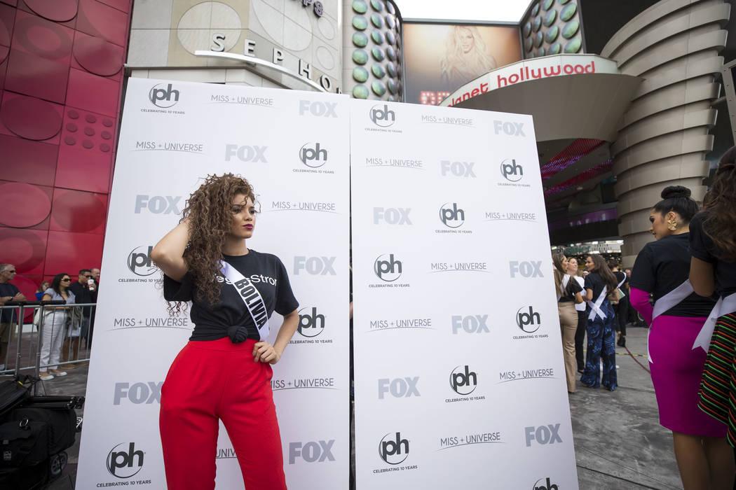 La concursante de Miss Universo Gleisy Noguer Hassen de Bolivia posa para una foto durante un evento de bienvenida para las concursantes en el Planet Hollywood Resort en Las Vegas el jueves 16 de  ...
