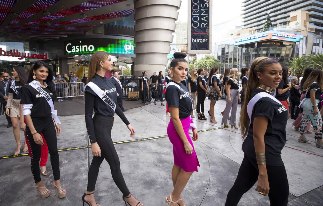 Los concursantes de Miss Universo se alinean antes de un evento de bienvenida para las concursantes en el Planet Hollywood Resort en Las Vegas el jueves, 16 de noviembre de 2017. Richard Brian Las ...