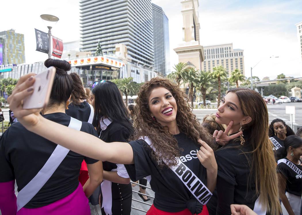 Las concursantes de Miss Universo Gleisy Noguer Hassen de Bolivia y Laura de Sanctis de Panamá se toman una selfie durante un evento de bienvenida para las concursantes en el Planet Hollywood Res ...