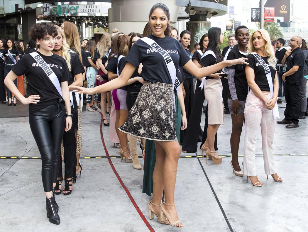 La concursante de Miss Universo Shanaelle Petty de Croacia posa para una foto antes de un evento de bienvenida para las concursantes en el Planet Hollywood Resort en Las Vegas el jueves, 16 de nov ...