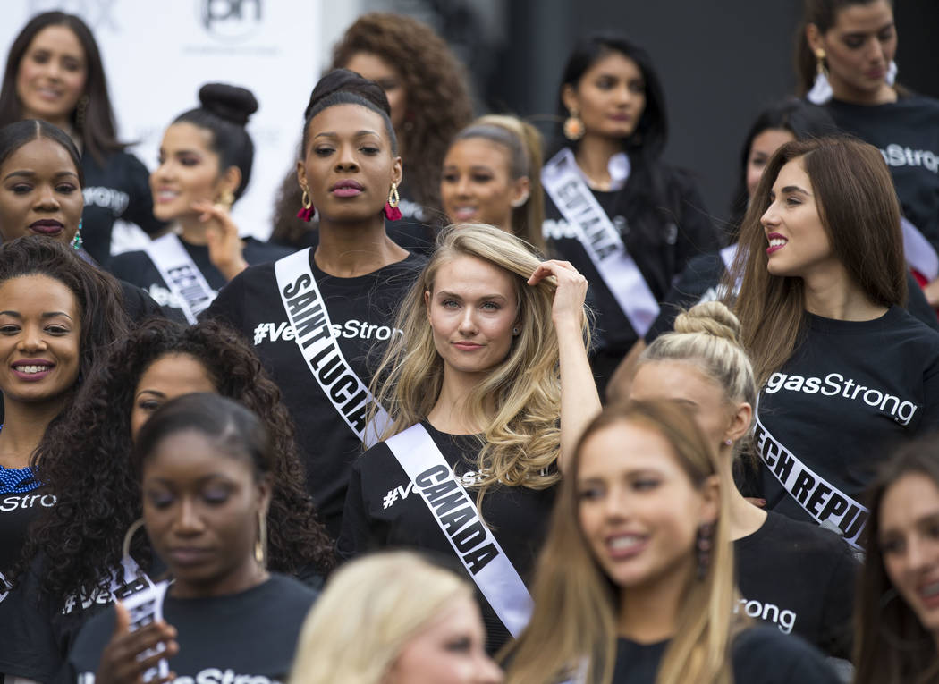 Las concursantes de Miss Universo, incluida la canadiense Lauren Howe, en el centro, posan para los fotógrafos durante un evento de bienvenida para las concursantes en el Planet Hollywood Resort  ...