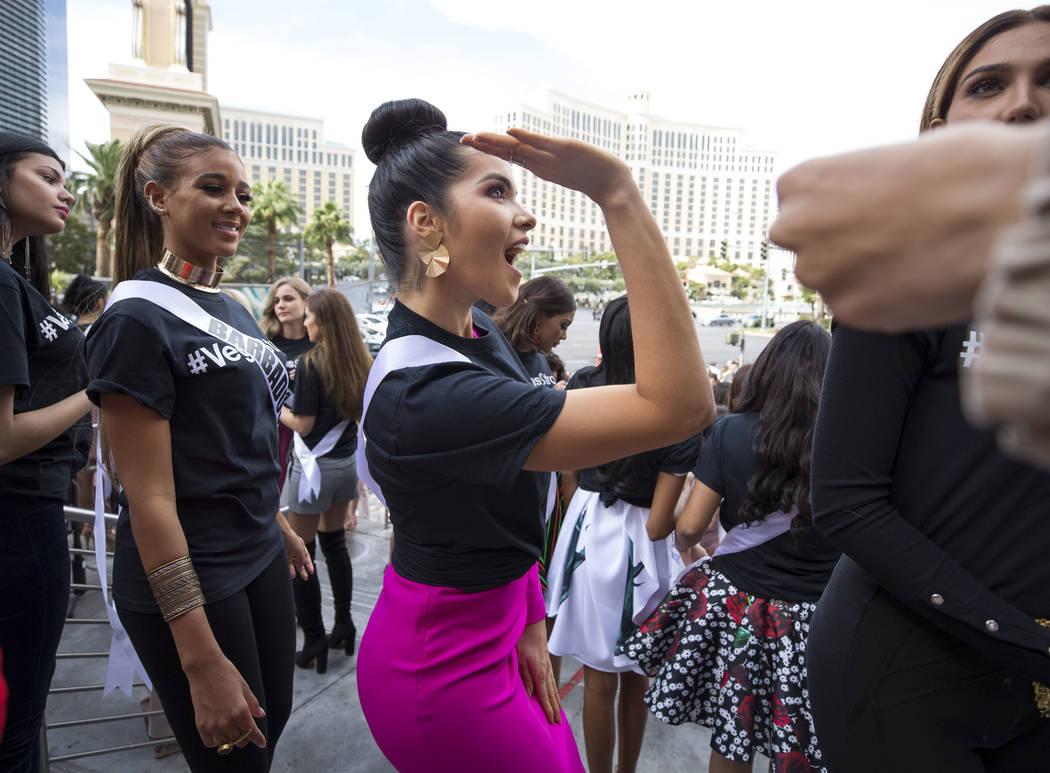 La concursante de Miss Universo, Daniela Cepeda, de Ecuador, se entusiasma durante un evento de bienvenida para las concursantes en el Planet Hollywood Resort en Las Vegas el jueves, 16 de noviemb ...